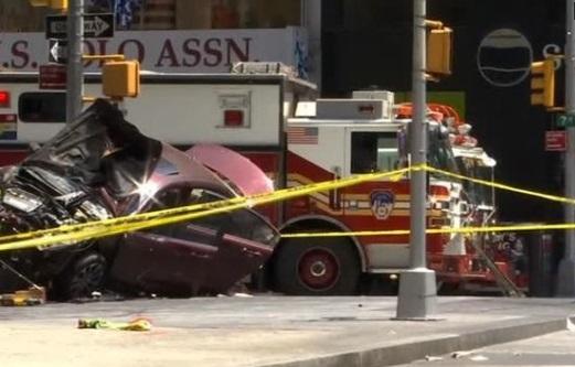 Xe hơi lao vào đám đông ở Times Square ít nhất 1 người chết, bị thương 23
