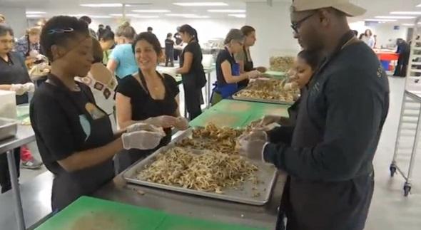 """Hàng ngàn người dự tiệc """"thực phẩm bị lãng phí"""" ở miền Nam California"""