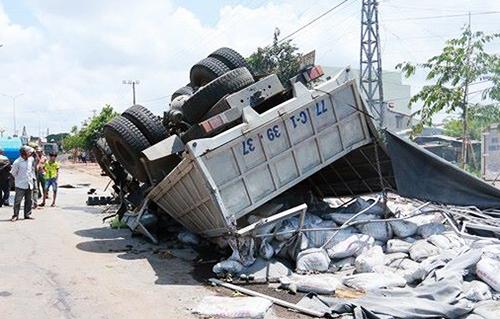 Xe tải đâm trực diện xe khách ở Gia Lai, 13 người chết