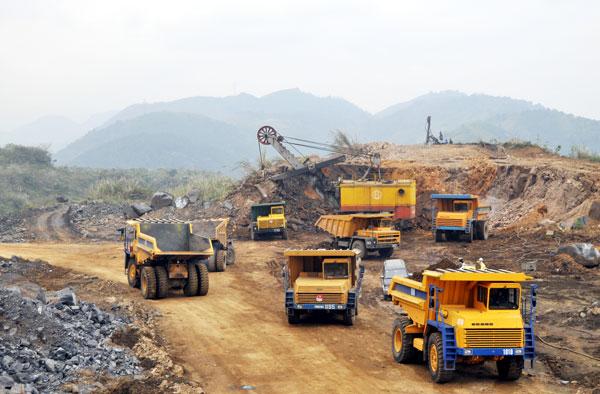 Việt Nam xuất cảng quặng sang Trung Cộng với giá rẻ mạt