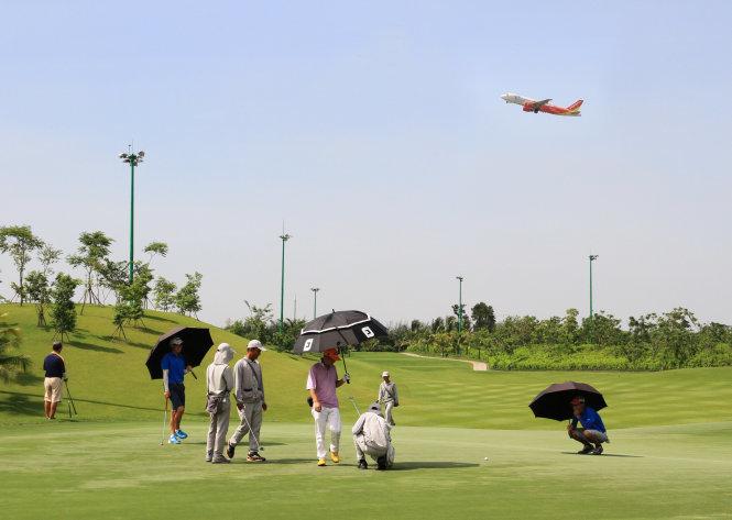 Dư luận tăng áp lực thu hồi sân golf để mở rộng phi trường Tân Sơn Nhất