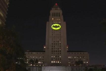 Los Angeles thắp sáng đèn Người Dơi tưởng niệm ngôi sao Adam West