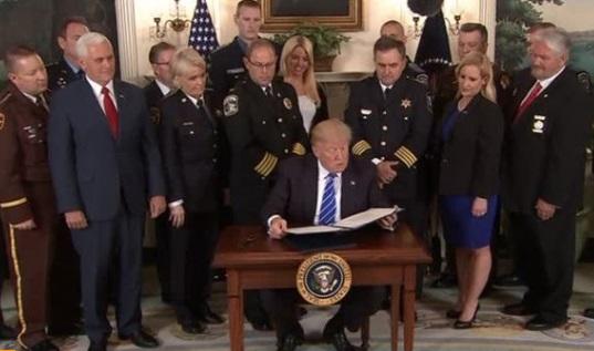 Tổng thống Trump ký 2 đạo luật hỗ trợ cảnh sát và cựu chiến binh