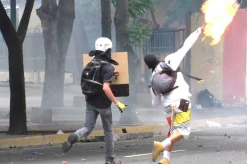 Phe đối lập Venezuela biểu tình ngồi bất chấp bao vây, đàn áp