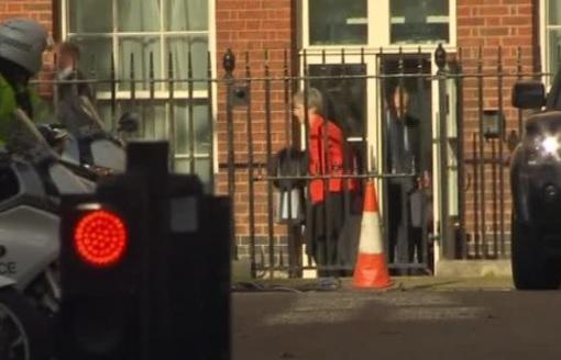 Thủ tướng Anh rời dinh thự trên đường Downing bằng cửa hậu sau thất bại bầu cử