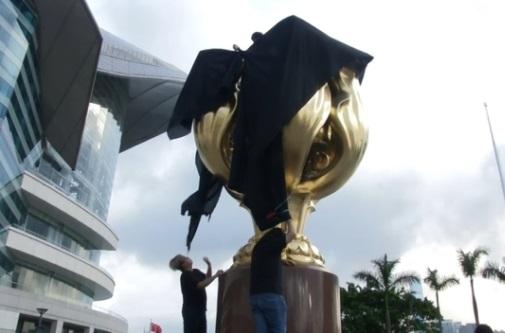 Giới vận động dân chủ Hong Kong phủ vải đen khổng lồ lên pho tượng Golden Bauhinia tặng phẩm của Trung Cộng