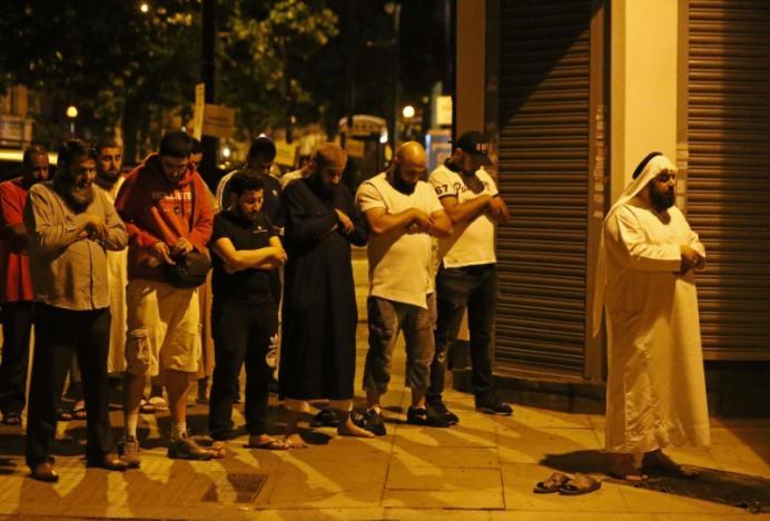 Lái xe tải lao vào khách bộ hành gần ngôi đền Hồi Giáo ở Luân Đôn, 1 chết 10 bị thương