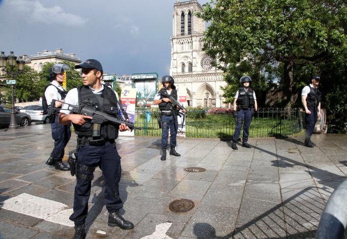 Nghi can khủng bố cầm rìu tấn công cảnh sát tại Nhà Thờ Đức Bà Paris