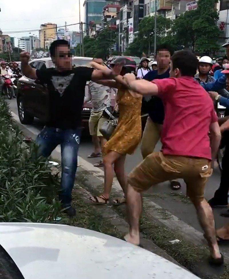 Thanh niên ngoại quốc bị đánh chảy máu mũi trên đường phố Hà Nội