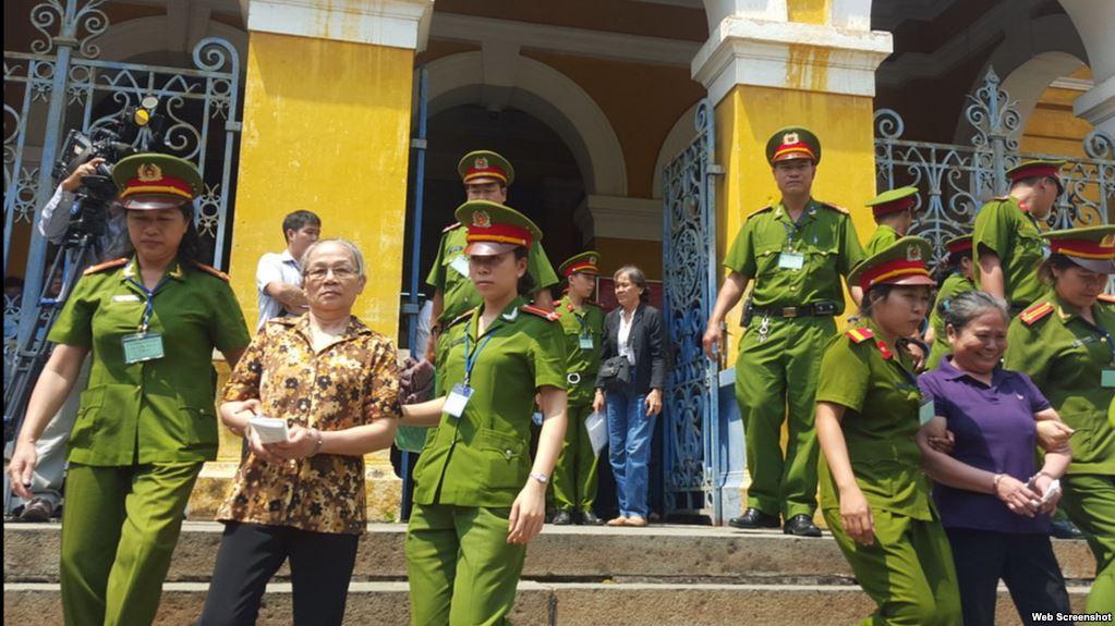 Hai phụ nữ bị kết án vì cầm cờ VNCH biểu tình cùng dân oan đã mãn hạn tù