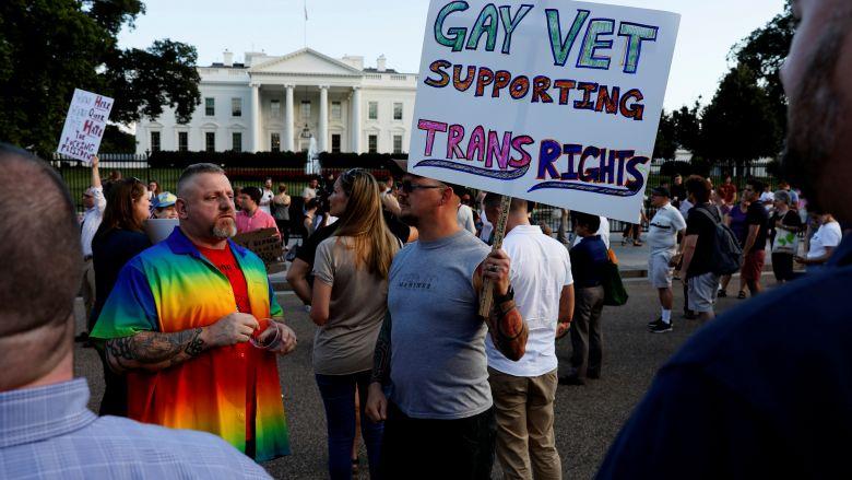 """Tổng thống Trump cấm người chuyển giới phục vụ quân đội là """"hiểu lầm"""" ý định của Quốc Hội"""