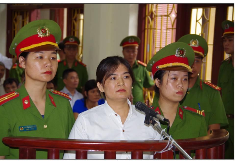 Bị xử 9 năm tù, bà Trần Thị Nga hát vang bài Trả Lại Cho Dân trước tòa
