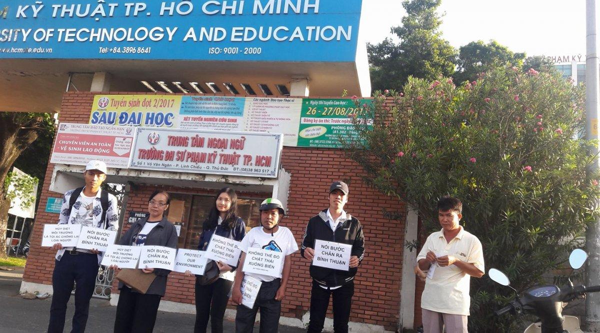 Sinh viên Sài Gòn tổ chức đi bộ phản đối đổ bùn xuống biển Bình Thuận