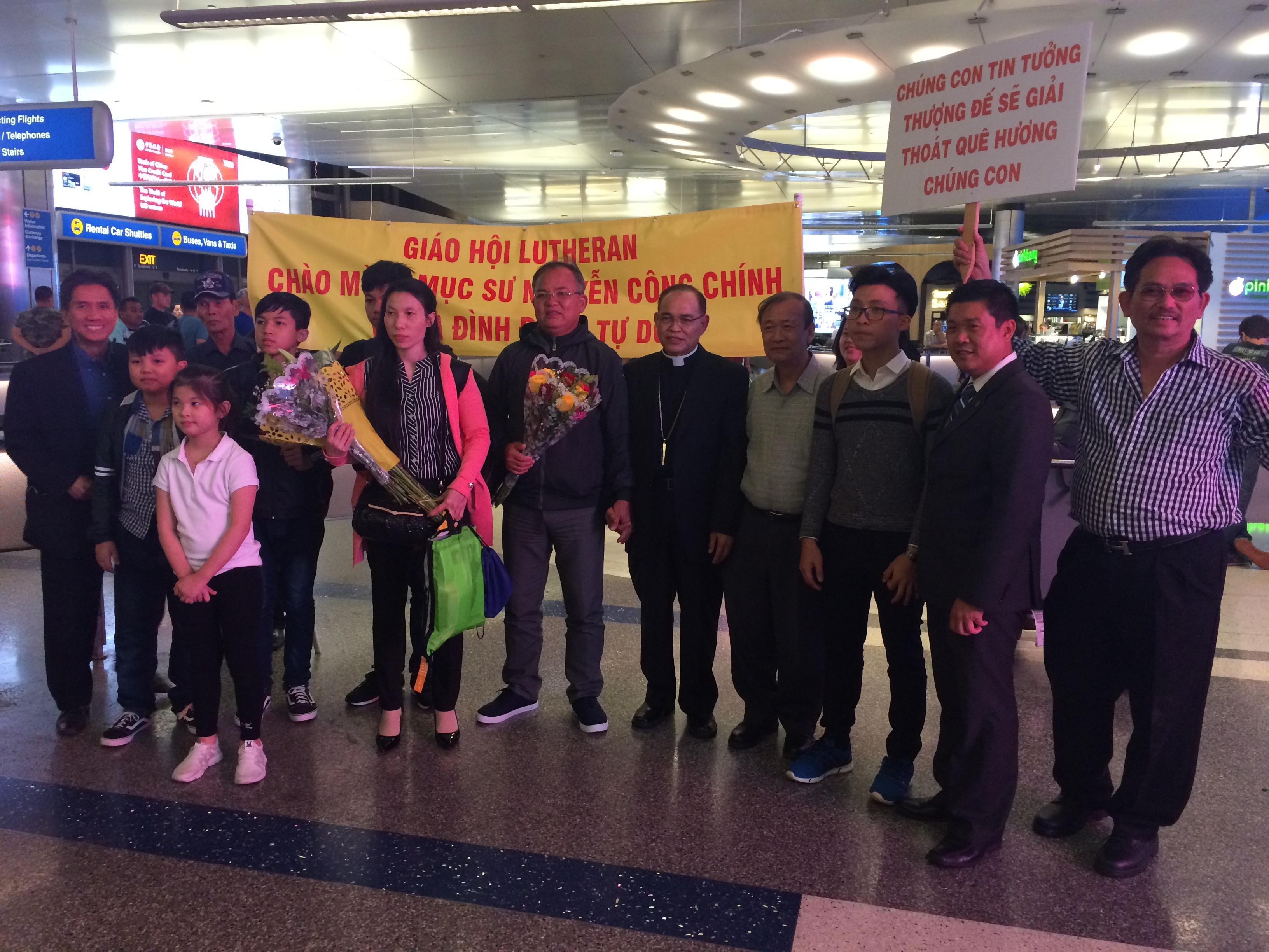 Dân Biểu Alan Lowenthal chào mừng Mục sư Nguyễn Công Chính cùng gia đình đến Hoa Kỳ