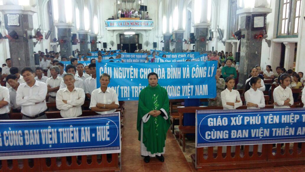 Nhiều giáo xứ thắp nến cầu nguyện cho các tù nhân lương tâm