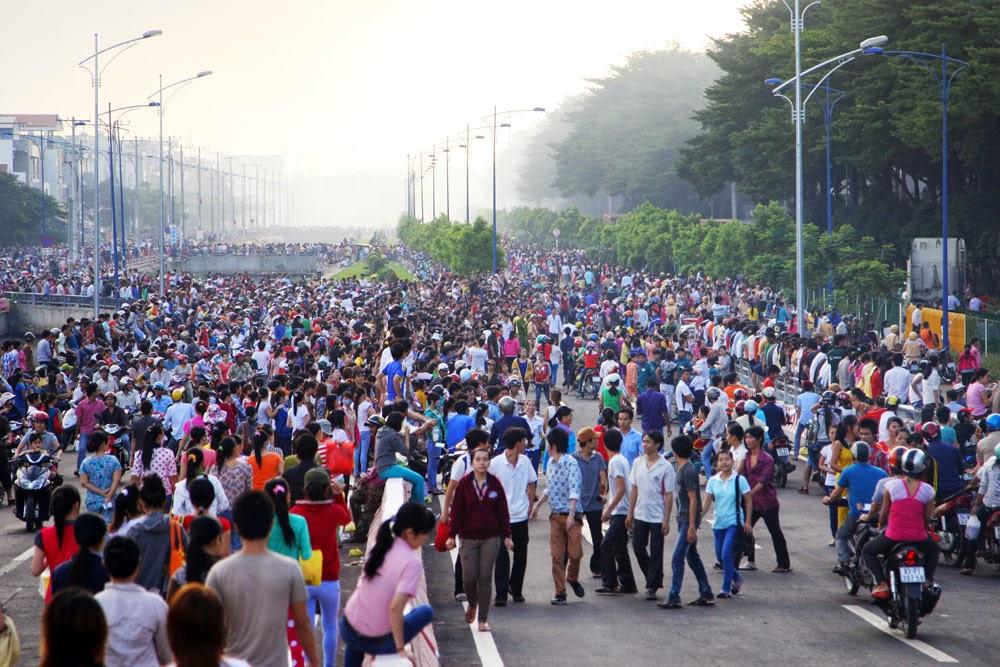 """Hàng ngàn công nhân ở Sài Gòn xin nghỉ việc vì """"khổ hơn cả chó"""""""