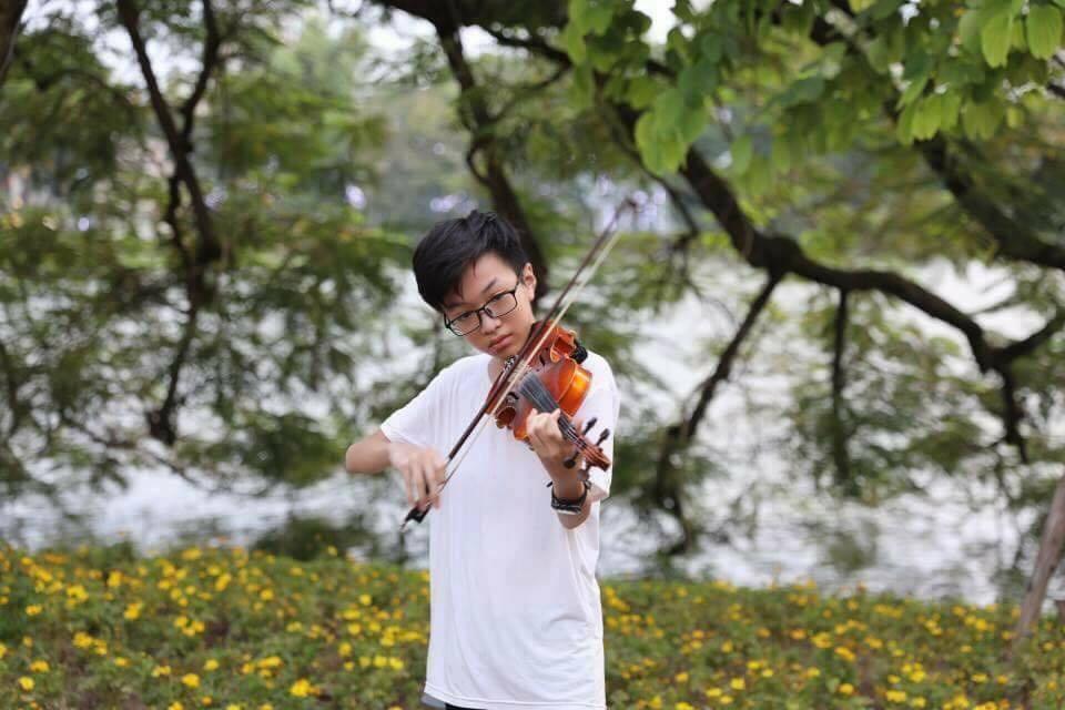 Chơi vĩ cầm trên phố đi bộ Hà Nội, cậu bé bị hỏi giấy phép biểu diễn