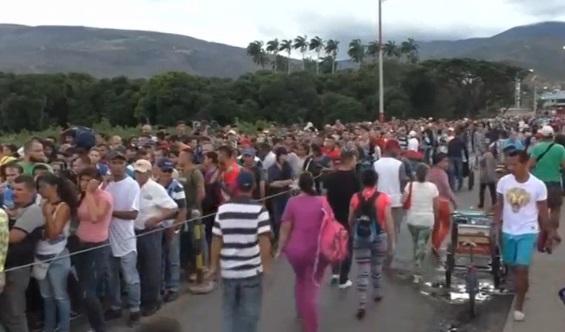 Hàng ngàn người Venezuela chờ vượt biên sang Colombia