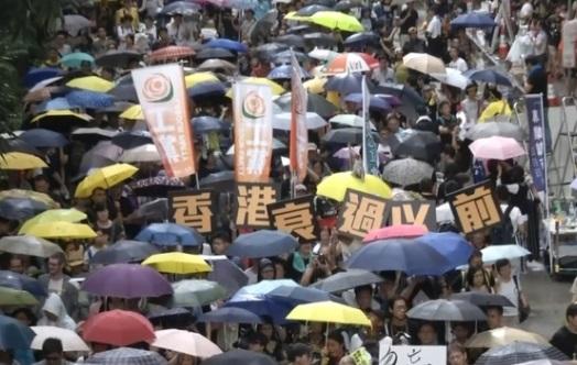 Hàng chục ngàn người biểu tình đòi dân chủ tại Hong Kong đúng vào dịp kỷ niệm ngày trao trả