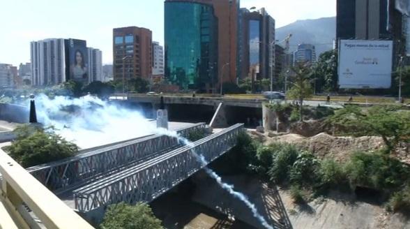 Bom xăng và hơi cay phóng ồ ạt tại cuộc biểu tình ở venezuela
