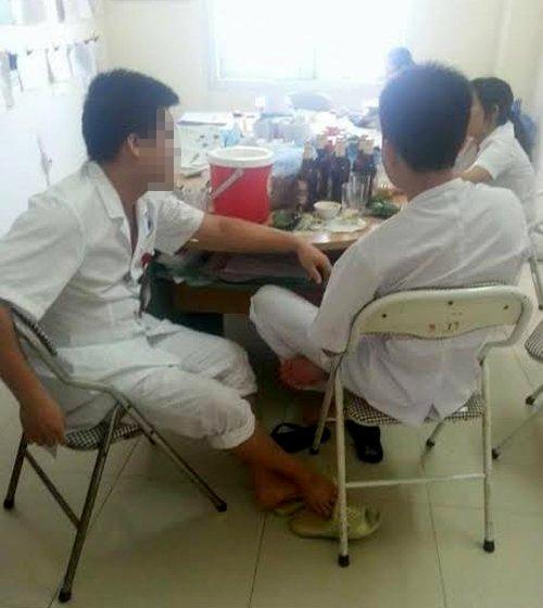Bác sĩ và điều dưỡng bệnh viện tỉnh Hòa Bình nhậu bia trong giờ làm việc