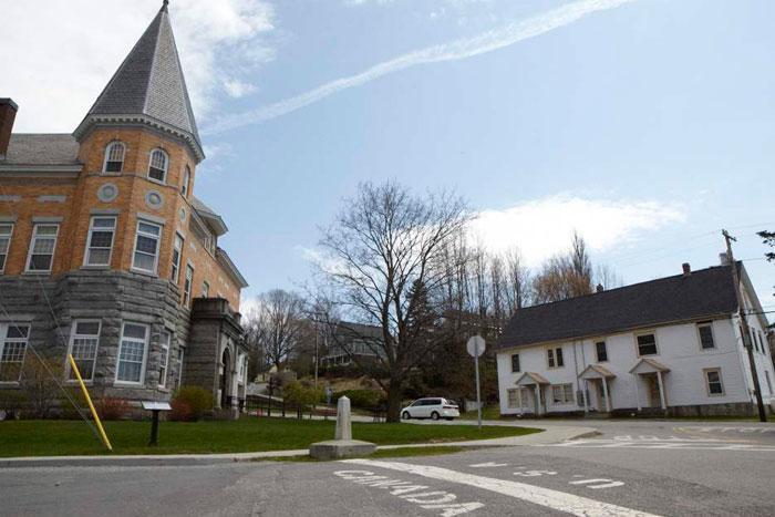 Ngôi nhà năm giữa biên giới Mỹ-Canada được rao bán