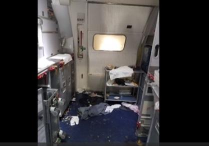 Tiếp viên hàng không Delta Airlines đập vỡ chai rượu vào đầu hành khách gây rối