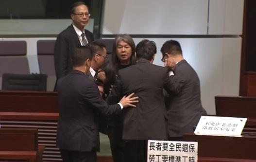 Một nghị viên Hong Kong bị lôi ra khỏi phòng họp vì chỉ trích đặc khu trưởng Carrie Lam