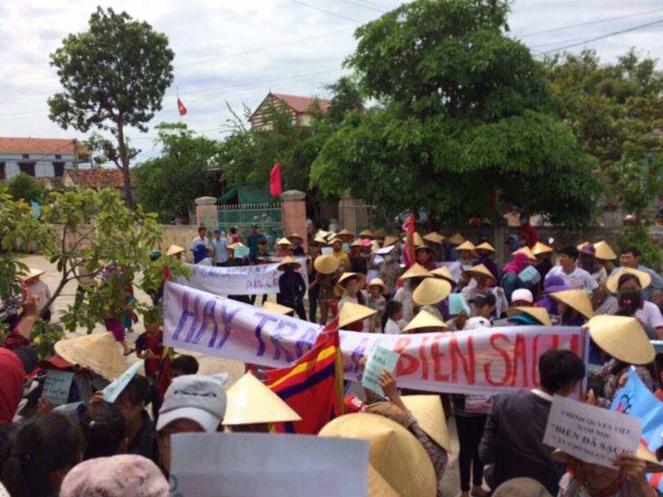 5 thôn xã Quảng Minh, tỉnh Quảng Bình biểu tình đòi bồi thường Formosa.