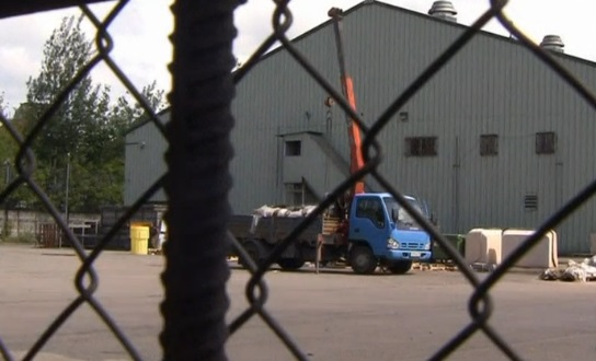 Xe tải chất đồ rời nhà kho của tòa đại sứ Mỹ tại Nga trước khi bị  tịch thu