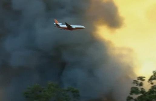 Phi cơ thả hóa chất dập lửa được sử dụng ở Cali vì nhân viên cứu hỏa trên mặt đất quá nguy hiểm