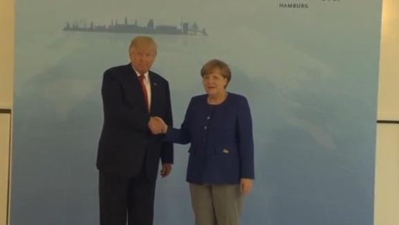Tổng thống Trump bắt tay thủ tướng Merkel bên lề hội nghị thượng đỉnh G20