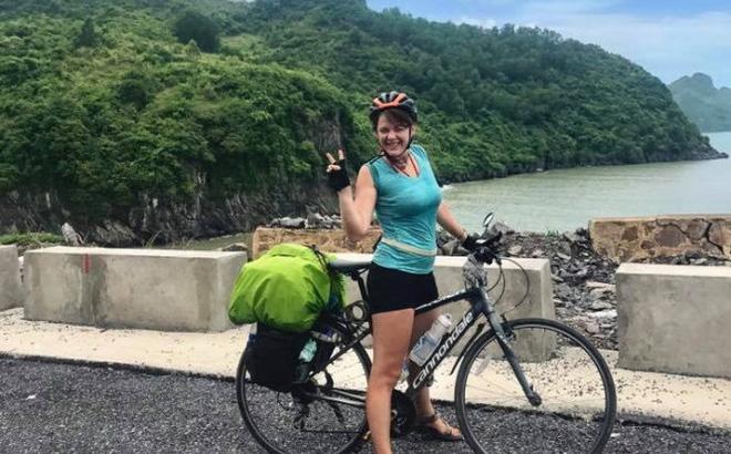 Cô gái Lithuania dừng chuyến đi xuyên Việt vì mất xe đạp tại Sài Gòn
