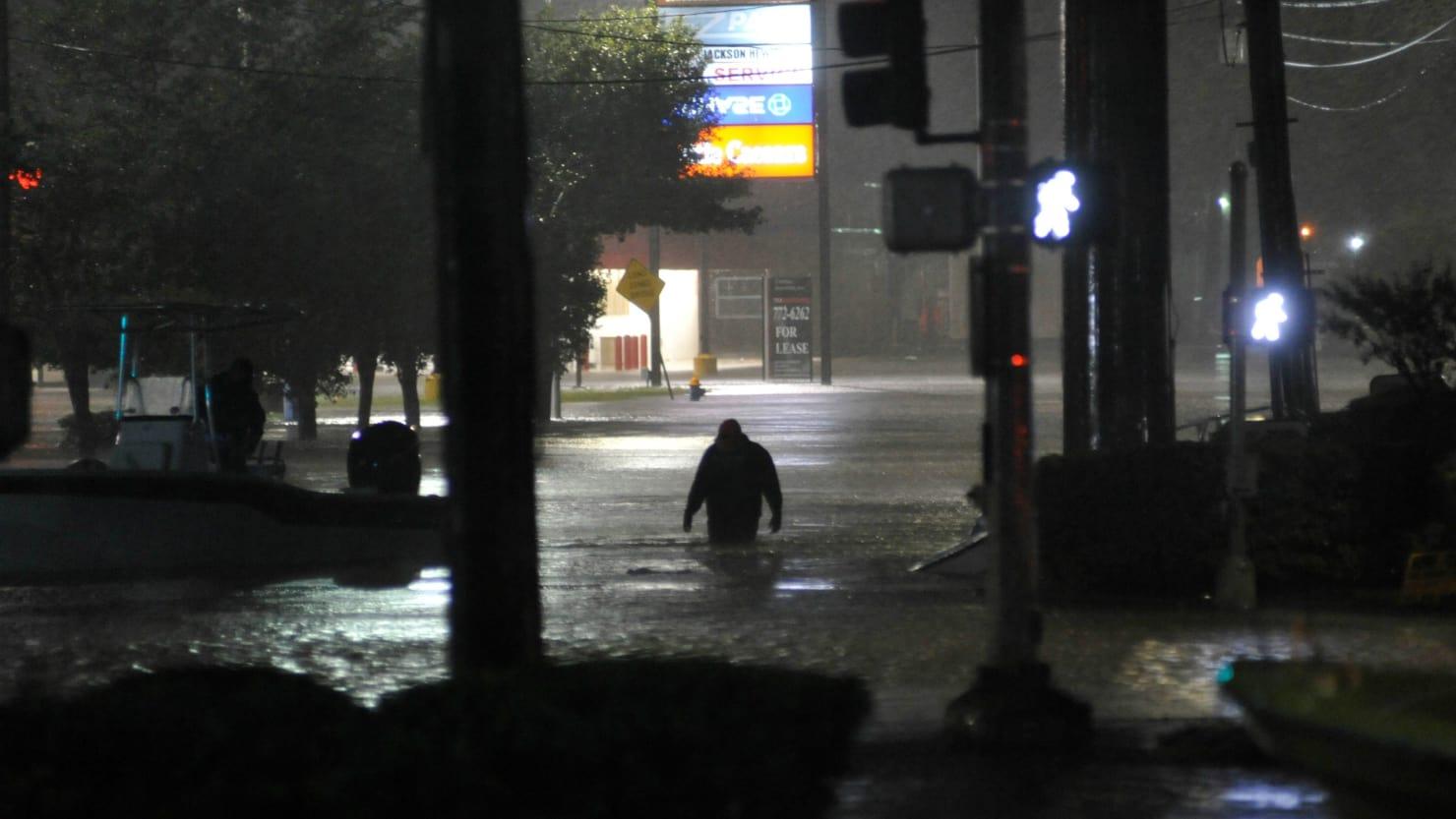 Houston áp đặt lệnh giới nghiêm để ngăn chặn cướp bóc và hôi của