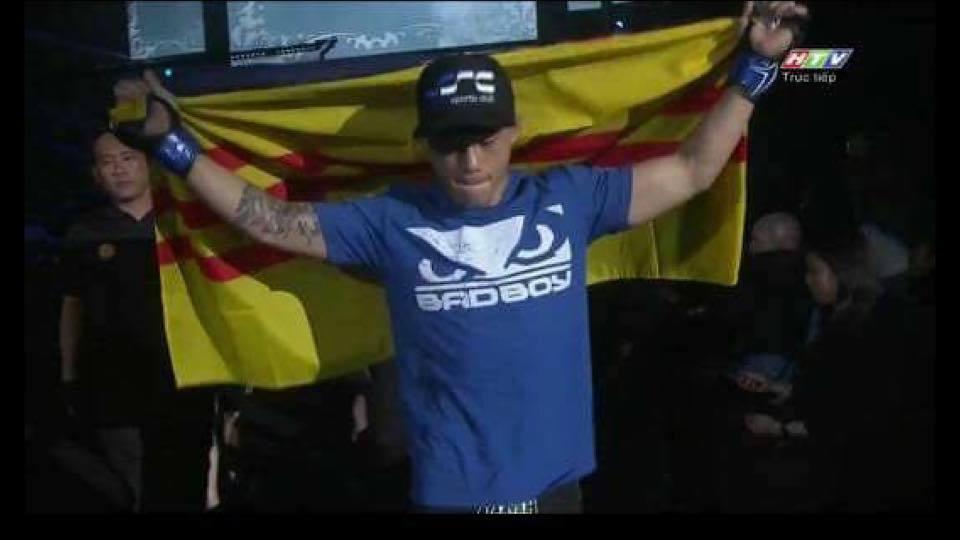 Võ sĩ Úc gốc Việt Martin Nguyễn tung bay Cờ Vàng khi giành chức vô địch tại Malaysia