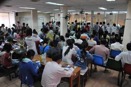 Việt Nam: sắp hàng xin trợ cấp thấp nghiệp như đi ăn mày
