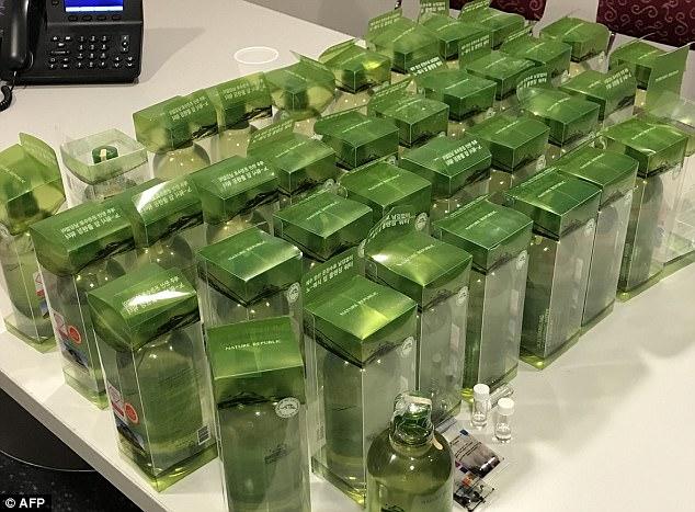 Úc bắt 2 người Việt mang lậu 18 lít methamphetamine trong chai nước khoáng