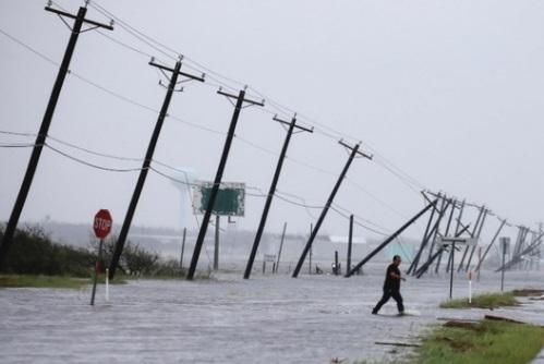 Bão Harvey làm 2 người thiệt mạng, nước lũ dâng cao ở Texas