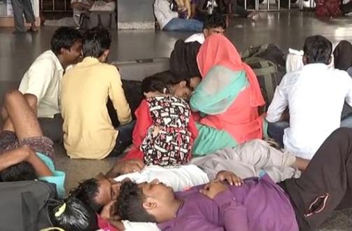 Ấn Độ bắt hàng trăm người, hủy bỏ 300 chuyến xe lửa vì vụ bạo động giết chết 29 người