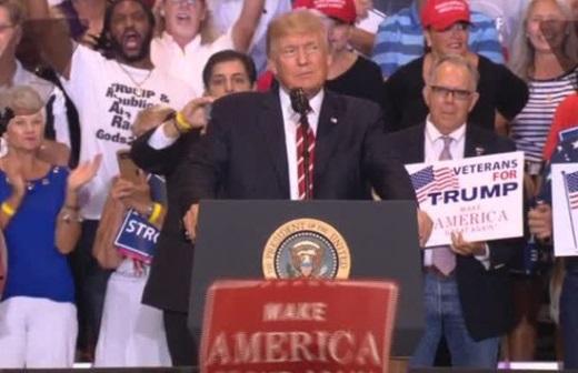 Diễn văn tổng thống Trump tại sân vân động Phoenix gây tranh cãi
