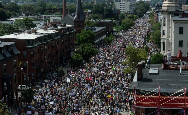 """Hàng ngàn người biểu tình ở Boston phản đối cuộc tuần hành """"Free Speech"""" của phe hữu khuynh"""