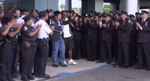 Hàng trăm cảnh sát NYPD chào đón cảnh sát Hart Nguyễn xuất viện
