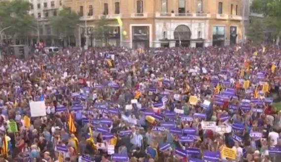 Hàng trăm ngàn người tuần hành tại Barcelona bày tỏ tình đoàn kết sau vụ khủng bố