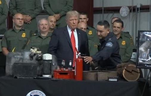 Tổng thống Trump gặp nhân viên tuần tra biên giới Yuma, Arizona, hứa xây  tường