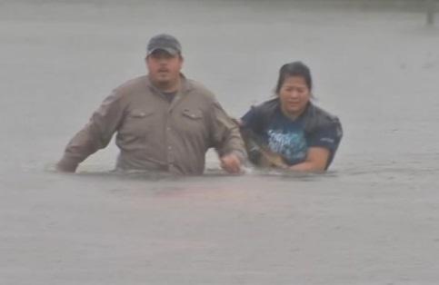 Thành phố Houston tê liệt vì ngập lụt, hàng chục ngàn người buộc di tản