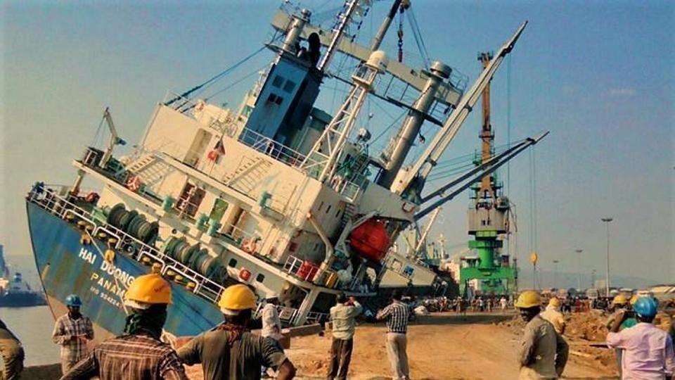Tàu hàng Việt Nam bị lật nghiêng khi đang chất hàng tại cảng Ấn Độ
