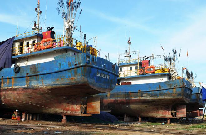 Ngư dân Bình Định buộc phải nhận 4 tàu vỏ thép rỉ sét sơn lại