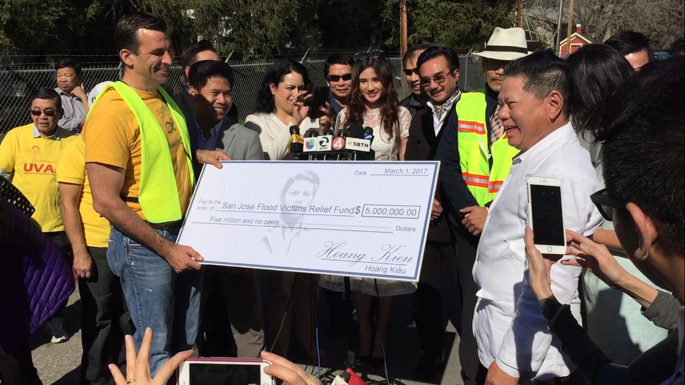 Tỉ phú Hoàng Kiều sẽ tặng Houston 5 triệu USD cứu trợ bão lụt