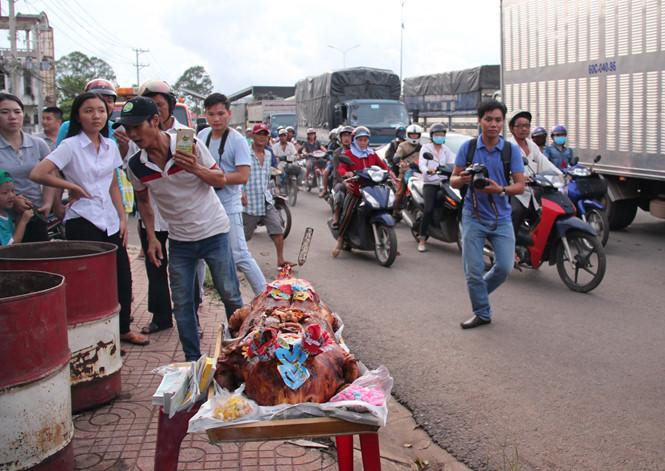Tài xế mang heo quay đến cúng tại trạm thu phí Biên Hòa