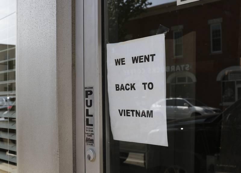 Chủ đất ở Illinois bị biểu tình vì treo bảng báo người thuê nhà hàng Việt đã 'Về Việt Nam'
